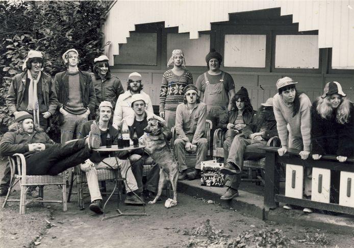 RK Veulpoepers BV in 1980. Zjef Naaijkens staat tiende van links, met tuinbroek en reggaemuts.