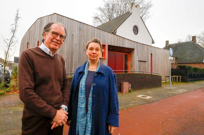Harry Lintsen en Marie-Hélène van Tol bij de kerk van de Christengemeenschap.