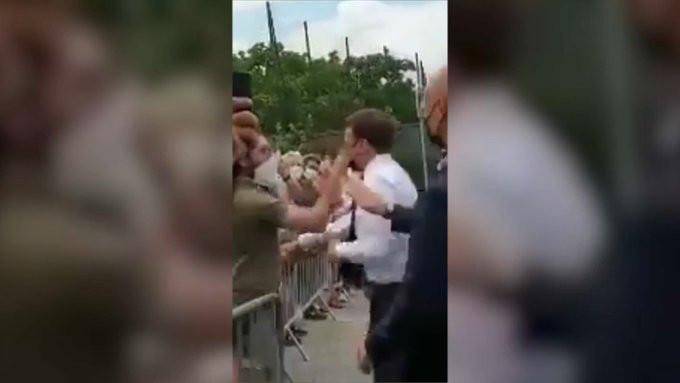 Macron kreeg dinsdag een klap op de zijkant van zijn gezicht. Beelden van het incident werden gedeeld op Twitter.