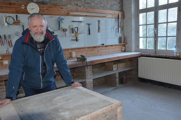 Ludo Knaepkens in  het atelier dat nu ook een kunstgalerij wordt.