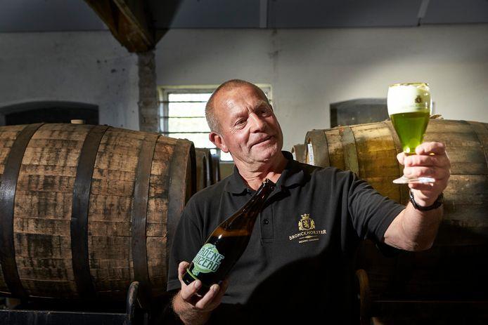 De Groene Buizerd is een fris en zomers biertje, met als belangrijkste ingrediënt CBD (Cannabidiol). CBD-olie wordt uit hennepplanten gewonnen. Brouwer Steve Gammage uit Bronckhorst laat zijn nieuwe uitvinding vol trots zien.