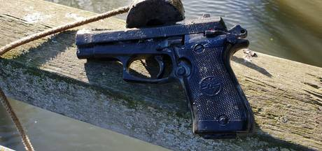Magneetvisser vangt pistool en kogels in Zuidoost
