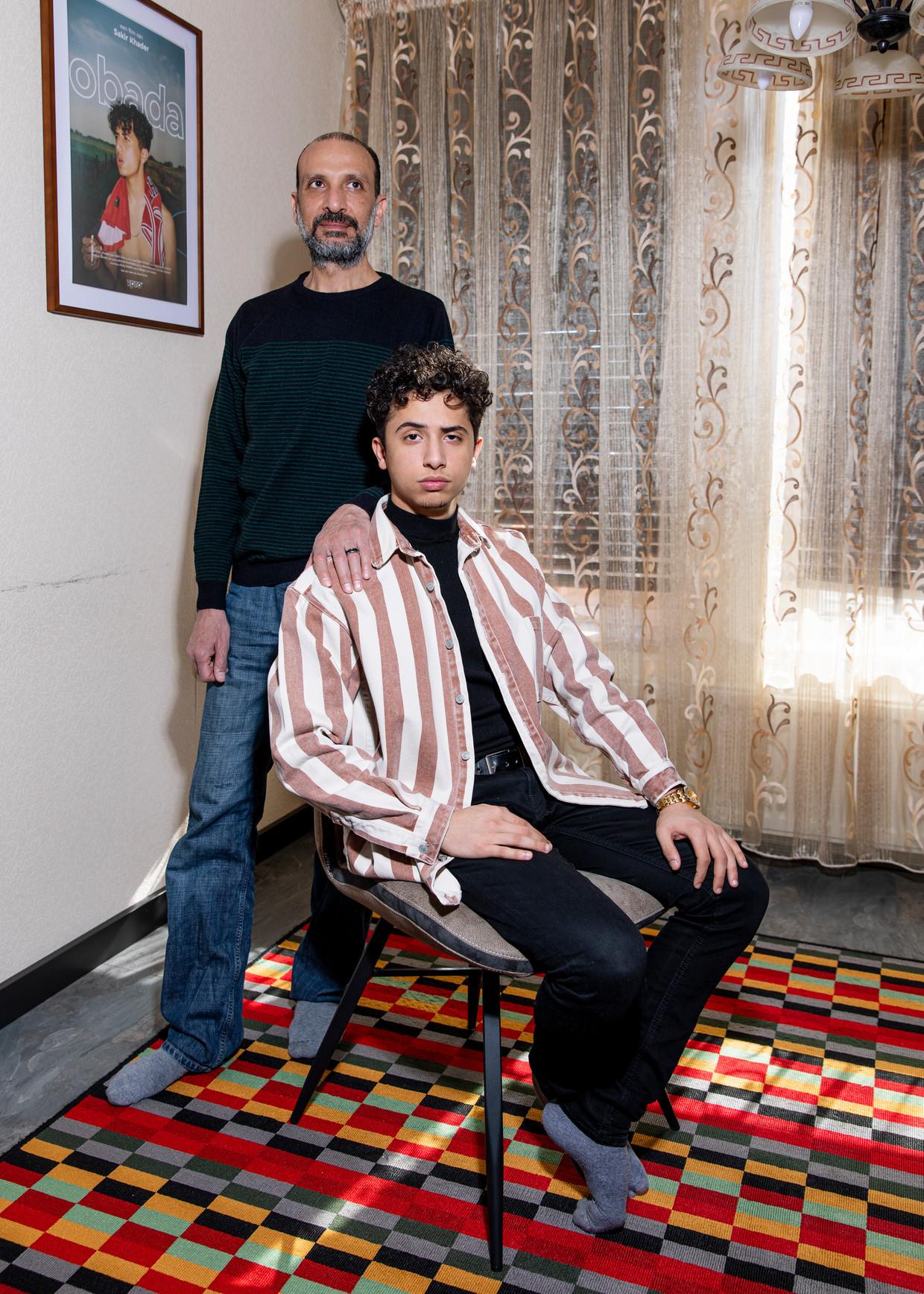 Youtuber Obada Kheireddin met zijn vader, thuis in het Gelderse dorp Angeren. Beeld Lin Woldendorp