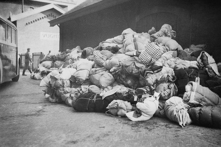 Een berg bagage van Joden afkomstig uit SS-concentratiekamp Vught wachten op het station van de Brabantse plaats op deportatie naar Westerbork. Op een plunjezak links onder het midden van de stapel zijn letters 'omonson' leesbaar, die leiden naar de naam van Rosalchen De Bruin-Salomonson uit Hardenberg, een van de gedeporteerde Joden. Door die identificatie is duidelijk geworden dat de foto is gemaakt op 23 mei 1943.  Beeld Collectie Nationaal Monument Kamp Vught