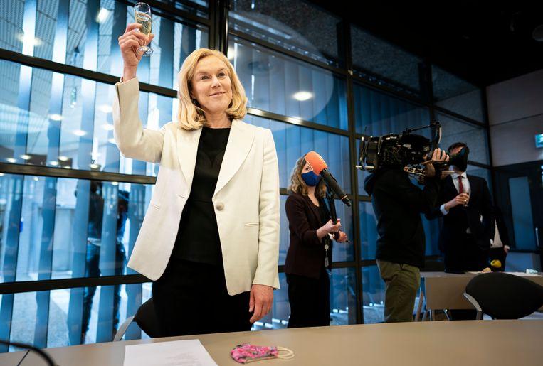 Sigrid Kaag proost tijdens de fractievergadering daags na de zetelwinst van D66.  Beeld Freek van den Bergh / de Volkskrant