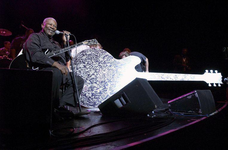 B.B. King ontvangt in 2005 een gigantische verjaardagskaart in de vorm van zijn Gibson-gitaar Lucille. Beeld AFP