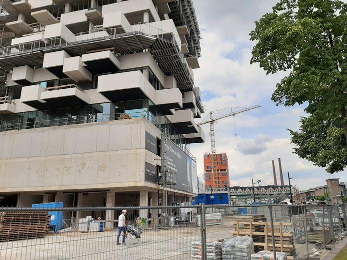 Op Strijp-S in Eindhoven zijn de Trudo Toren (voorgrond, 125 woningen) en Haasje Over (achter, 185 studio's) in aanbouw voor woningcorporatie Trudo.