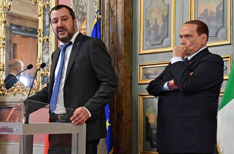 Matteo Salvini (l.), partijleider van La Lega, met naast hem ex-premier Silvio Berlusconi van Forza Italia. Salvini weigert Berlusconi te laten vallen, een eis van de Vijfsterrenbeweging om een regering te vormen.