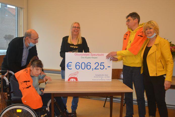 Martine van Boekel met vader Tiny, Mariëlle Markeze, Peter Schamp met moeder Anke en de cheque van ruim 600 euro.