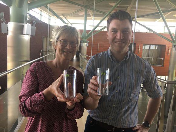 Burgemeester Gerda Van den Brande en milieuschepen Jonathan De Valck met de nieuwe herbruikbare bekers.