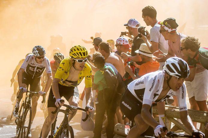 Bernal, Geraint Thomas, Chris Froome, Nairo Quintana, Primoz Roglic en Tom Dumoulin passeren de wielerfans in de Hollandse bocht tijdens de etappe op de Alpe d'Huez. Traditiegetrouw staan tijdens de Tour de France veel Nederlanders op de berg om de renners aan te moedigen.