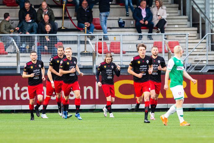Elías Már Ómarsson (m) scoorde twee keer voor Excelsior. Het publiek geniet mee.
