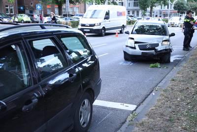 Flinke vertraging in centrum Arnhem: auto's botsen op elkaar voor verkeerslicht