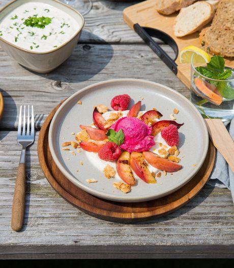 Wat Eten We Vandaag: Gegrilde nectarine met citroenricotta en frambozenijs