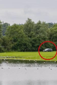 'Eigenwijze' Duitse vissers kunnen al dagen niet bij ingesloten auto vanwege hoog water
