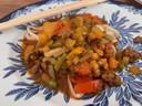 Een typisch Oeigoers gerecht: laghman (noedels) met een saus van verse groenten en grof kalfsgehakt. Ook op de kaart: roergebakken pens en ossentong in azijnsaus.