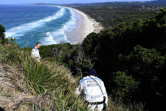 Speurders zoeken in de duinen naar de vermiste Théo Hayez.