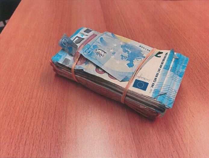 Het geld dat onder de bijrijdersstoel werd gevonden.