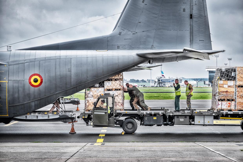 Drie militaire vrachtvliegtuigen zijn gisteren vanop Melsbroek vertrokken naar de luchthaven van Islamabad in Pakistan. Beeld Tim Dirven