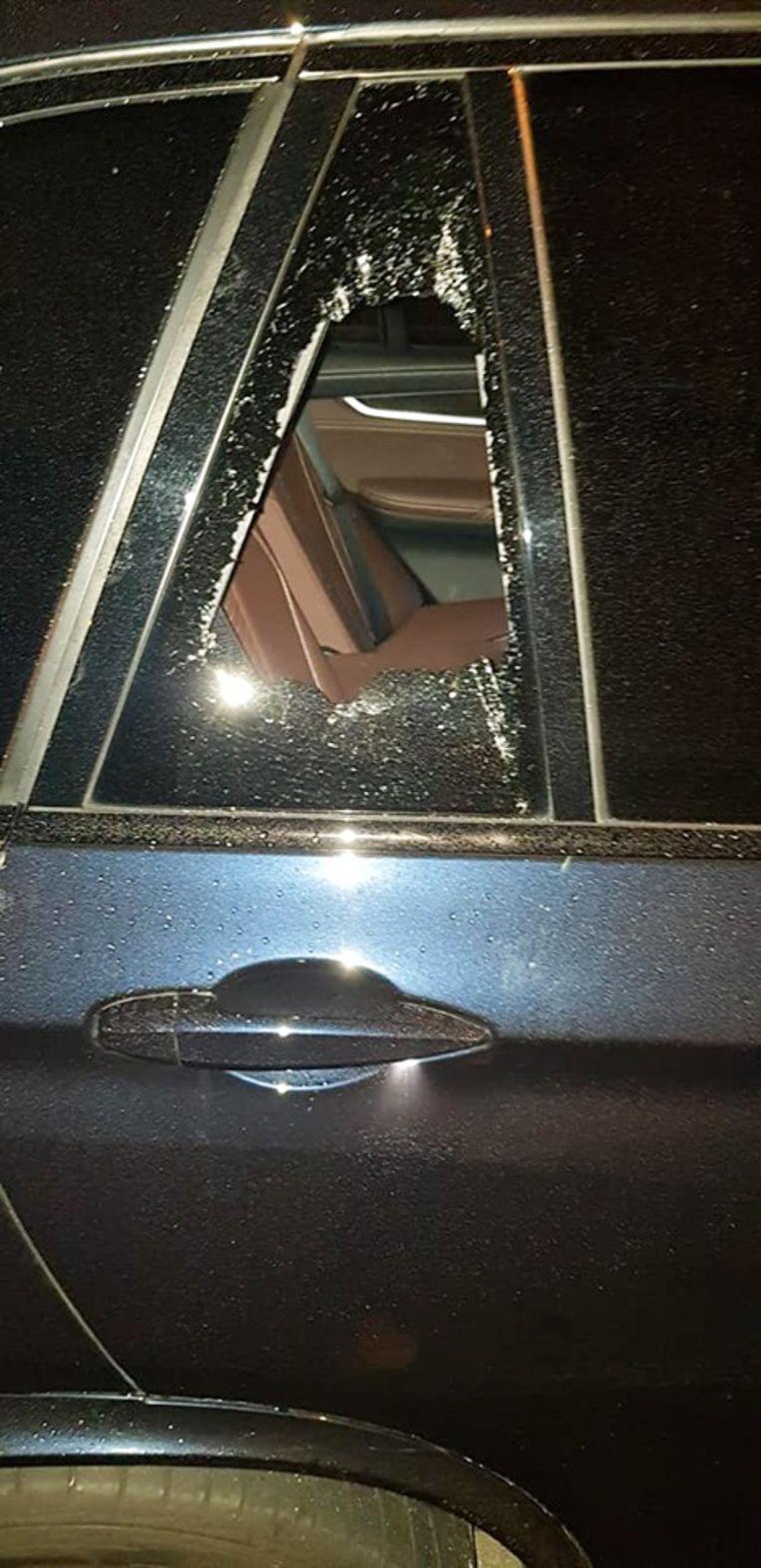 De daders sloegen een achterruitje in om het voertuig te openen.
