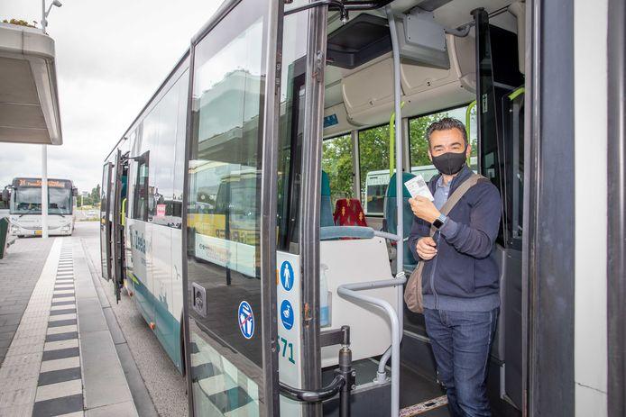 Kun je zonder contant geld zo in de bus stappen? Verslaggever Jeffrey Kutterink probeert het uit.