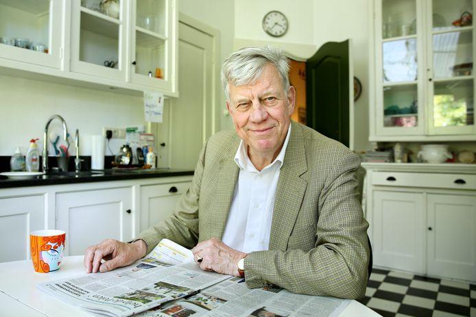 Ivo Opstelten aan de keukentafel, de plek waar hij iedere morgen zijn dag begint met een stapel kranten. 'Even rustig op gang komen.'