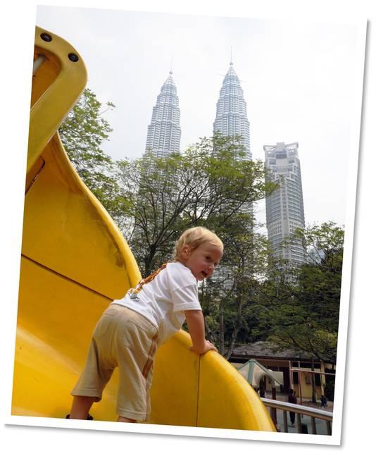 Even in de speeltuin in Kuala Lumpur, de Petronas Twin Towers torenen als wachters boven de stad uit.