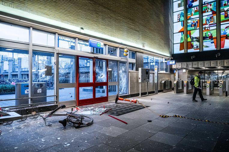 Grote schade aan Eindhoven Centraal station na ongeregeldheden in de binnenstad van Eindhoven. Beeld ANP