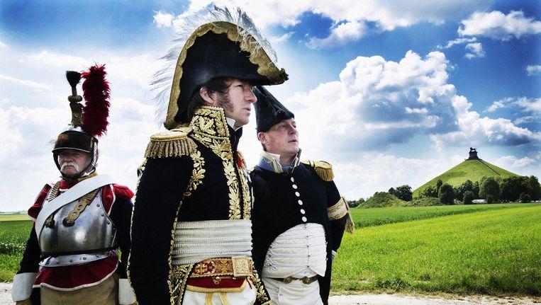 Frankie Simon (m.), alias maarschalk Michel Ney, de rechterhand van Napoleon, tuurt naar de horizon bij de Leeuw van Waterloo. Hij is klaar voor de grote reconstructie. Beeld Tim Dirven