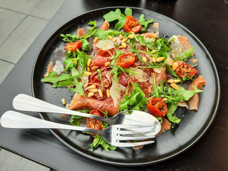Serranoham met manchegokaas, tomaat en rucola