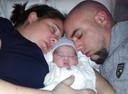 Marloes en Chris Schuiling met in hun midden baby Luna