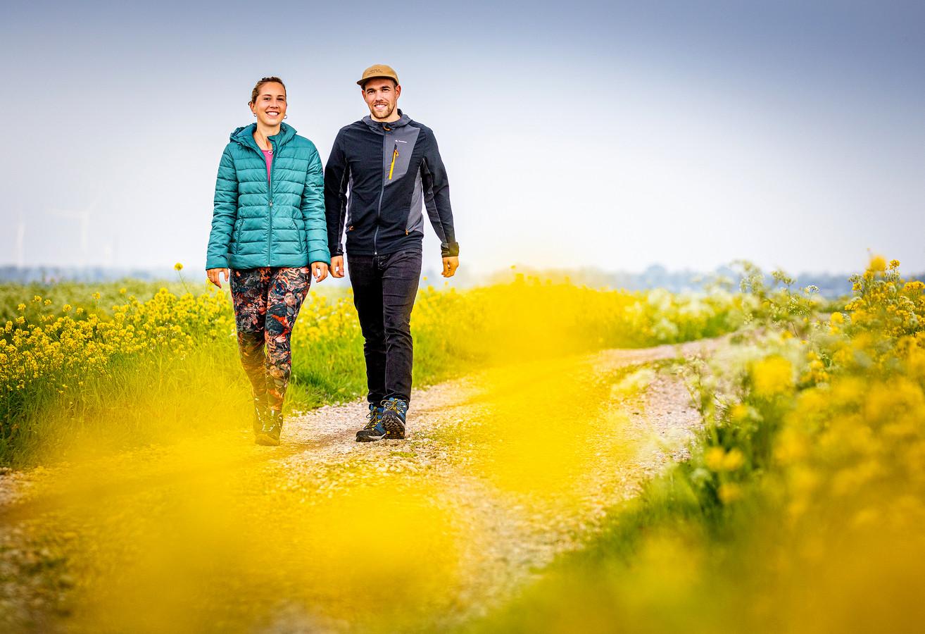 Kristel de Koning (26) en Franklin Verbeek (31) wandelen in Strijen. 'Maar we doen op reis dingen waarvan we nooit hadden gedacht die te willen doen.'