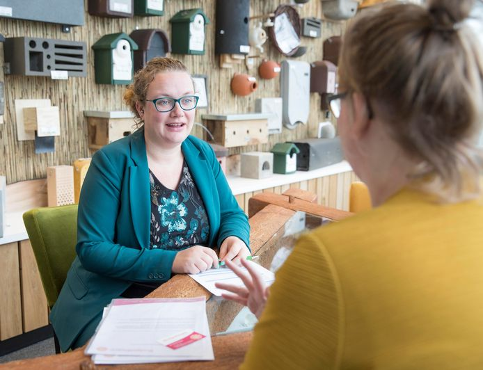 Budgetcoach Merijn Nuijten (links) tijdens het gratis belastingspreekuur voor werknemers van Traas.