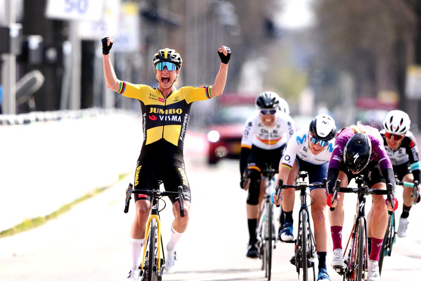 Marianne Vos viert haar overwinning tijdens de Amstel Gold Race Ladies Edition.