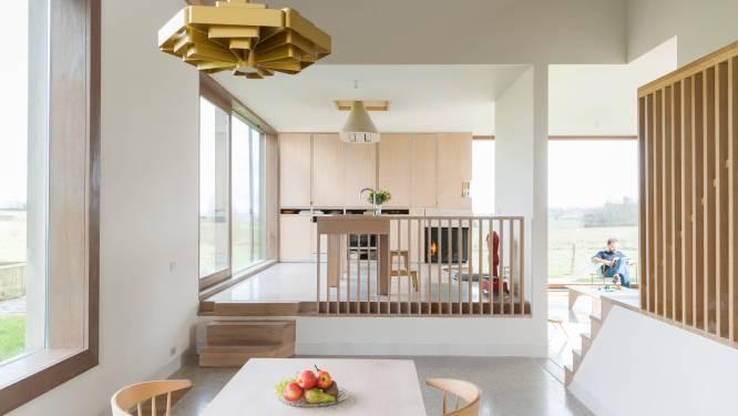 """Petra et Jan vivent dans une fermette moderne: """"Les larges baies vitrées s'ouvrent sur le paysage champêtre"""""""