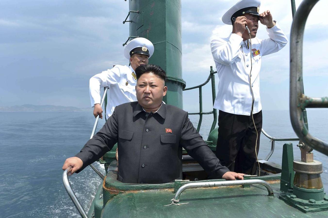 De Noord-Koreaanse leider Kim Jong-un vorig jaar tijdens een inspectie van een onderzeeër