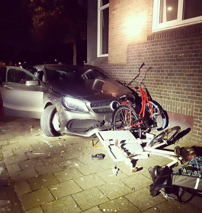 De bestuurder van de Mercerdes crashte tegen onder meer een fiets en een paal.