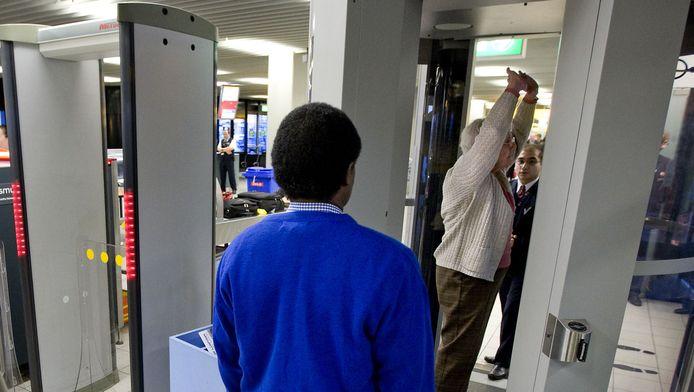 Een beveiliger bij de security scan op Schiphol.