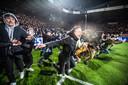 De supporters van Willem II rennen het veld op nadat Willem II de halve finale van de Beker wint tegen AZ (penalty's).