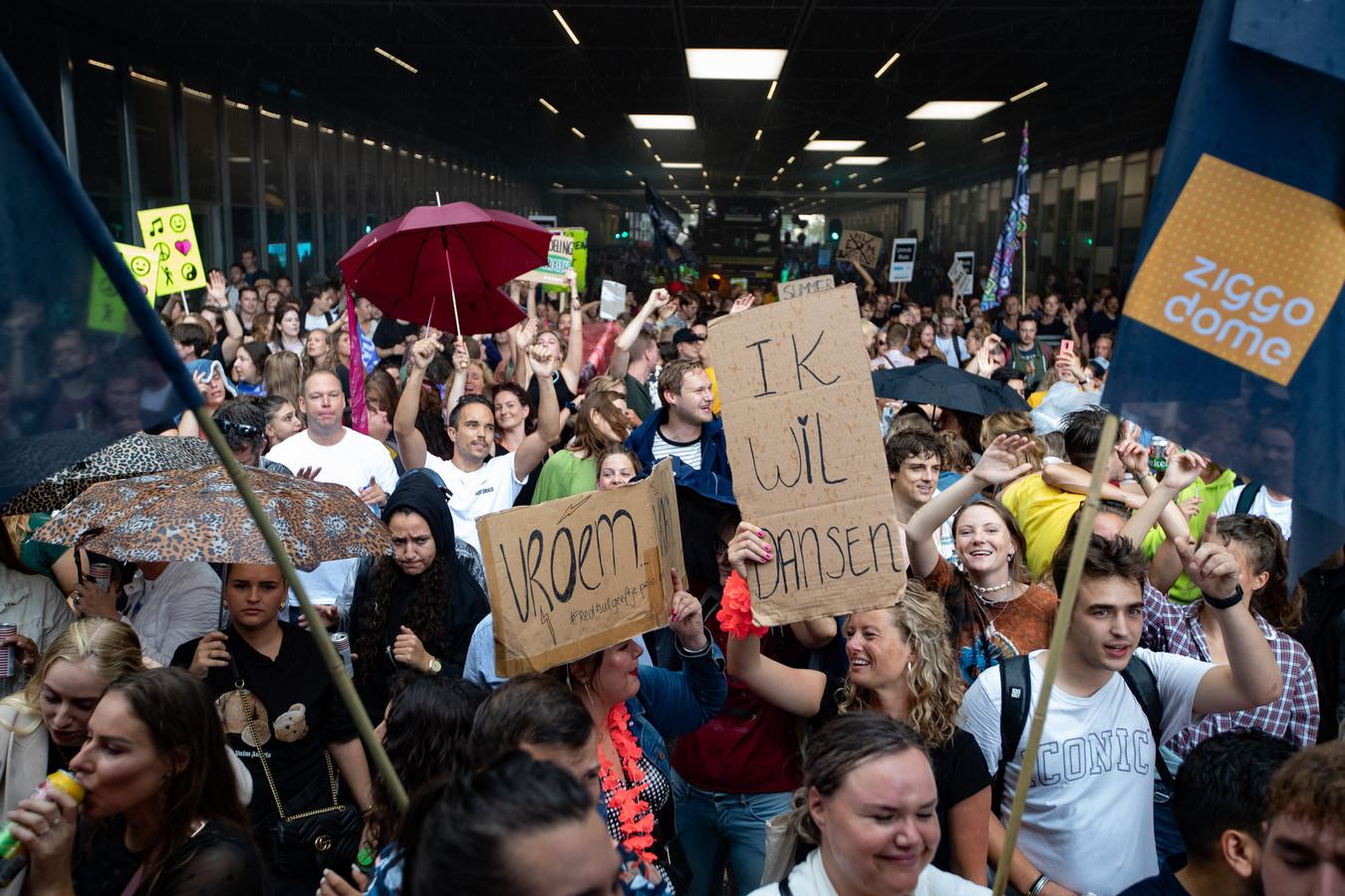 Deelnemers aan de protestmars Unmute Us. In negen steden gingen mensen afgelopen weekeinde de straat op namens de evenementensector, uit protest tegen de huidige coronamaatregelen.