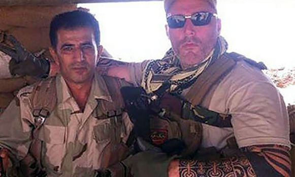 Nomad Ron (rechts) poseerde vorig jaar met Koerdische strijders in een bunker in Irak. Hij ging daar strijden tegen IS.