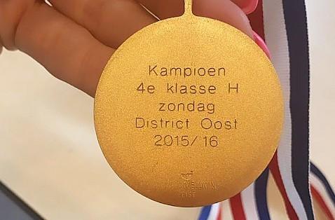 De door de politie getoonde medaille.