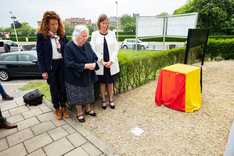 Hilde Vivijs (links) en Julia Vivijs (midden) huldigen het herinneringssteentje in, samen met adjunct-directeur van PTS Boom Karine De Gendt.