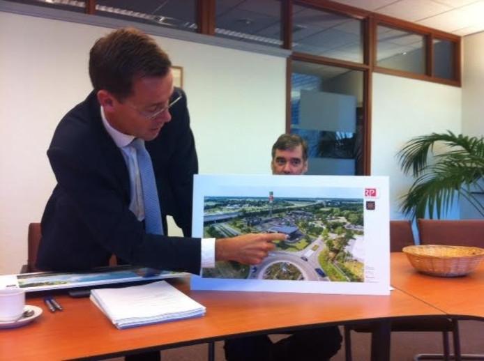 Wethouder Rene Peerenboom laat zien waar de fastfoodrestaurants komen.