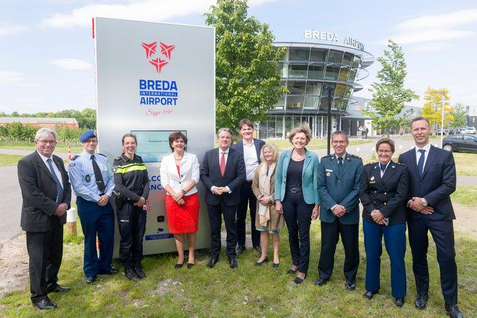 De ondertekenaars van het convenant kleine veilige luchthavens bij de Virtual Gate op Breda International Airport.