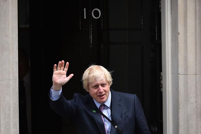 """""""BoJo"""", de son surnom, 55 ans, est donné gagnant face à Jeremy Hunt, 52 ans, l'actuel chef de la diplomatie britannique, par les sondages comme par les bookmakers."""
