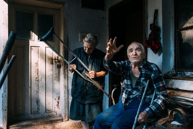 Boris Tsvetkov en Danka Tsvetkova voor hun huis in het dorpje Otsjindol. Beeld Waldthausen Marlena