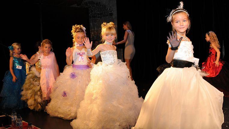 Kandidates van een Mini Miss-verkiezing in Frankrijk.