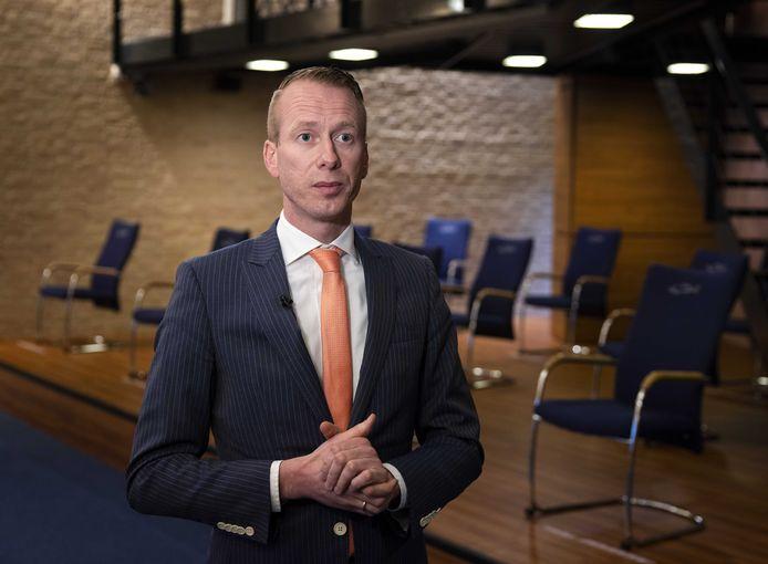 Urker burgemeester Cees van den Bos is aan de beterende hand. De burgervader keert naar verwachting begin september terug van een herstelperiode. Van den Bos is sinds eind mei uit de running na een coronabesmetting en een longontsteking.