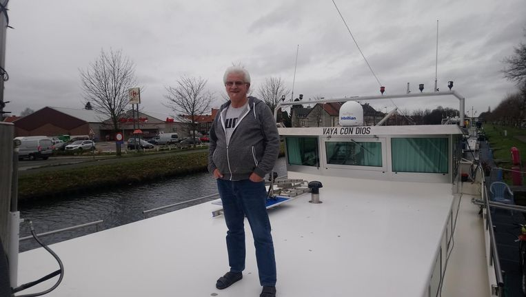 Schipper Roland Humbert op zijn boot.